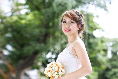 Chọn váy cho cô dâu đầy đặn nên tránh những chi tiết rườm rà, diêm dúa