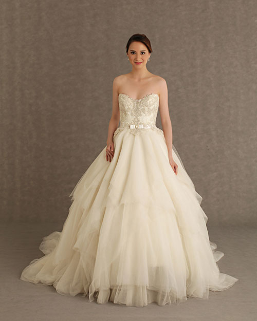 Váy hở vai sẽ giúp cô dâu 'ăn gian' chiều cao đáng kể