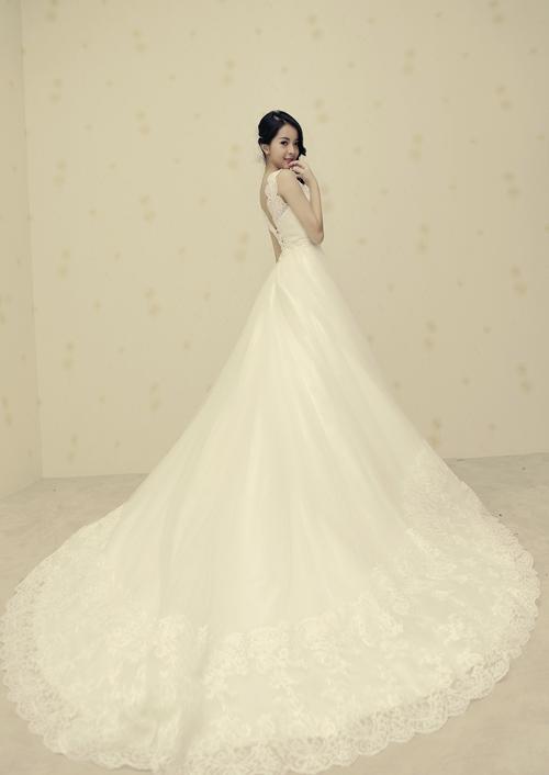Nếu muốn vóc dáng trông cao, thanh thoát hơn, cô dâu nên chọn váy cưới có phần chân viền ren và độ dài vừa phải