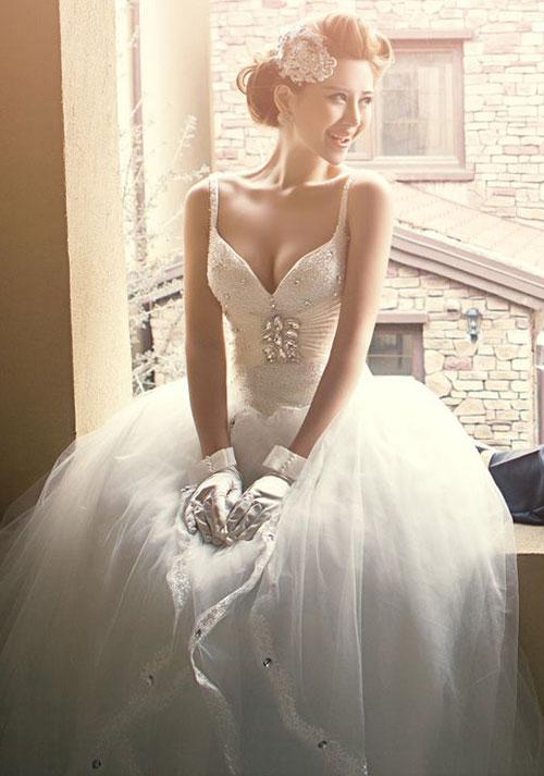 Chọn váy cưới cho cô dâu có vòng 1 đầy đặn nên chọn bộ váy ít chi tiết ở phần ngược