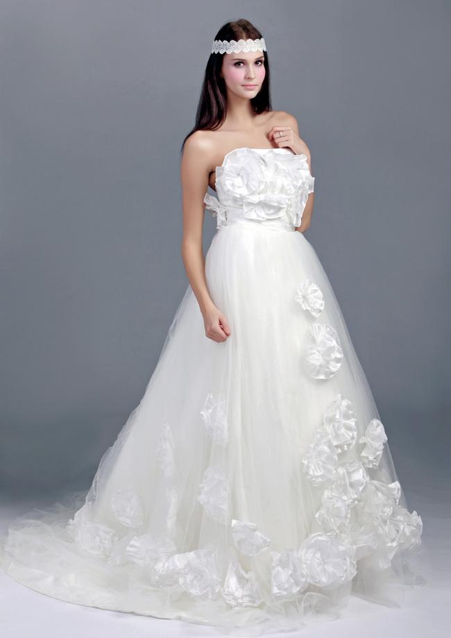 Chọn váy cưới cho cô dâu có nhiều chi tiết trước ngược để khắc phục nhược điểm ngực lép