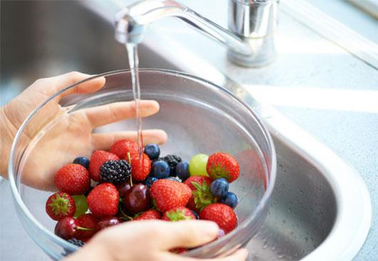 Nên rửa sạch rau, củ, quả dưới vòi nước chảy mạnh