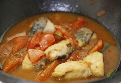 Bỏ cá đã chiên qua vào chảo om cà chua rồi đun trong 10 phút. Đã hoàn thành các bước trong cách làm món canh cá
