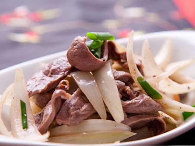 Món cật heo xào hành tây vừa thơm ngon, dễ làm, vừa có công dụng trị bệnh yếu sinh lý nam giới