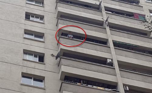 Hình ảnh bé trai ngồi trên ban công tầng 12 khiến nhiều người thót tim