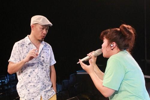 Bích Ngọc tập luyện cùng giám đốc âm nhạc Huy Tuấn - Ảnh: BTC