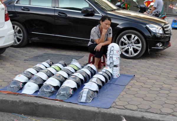 Mũ bảo hiểm rởm vẫn được bày bán bên đường