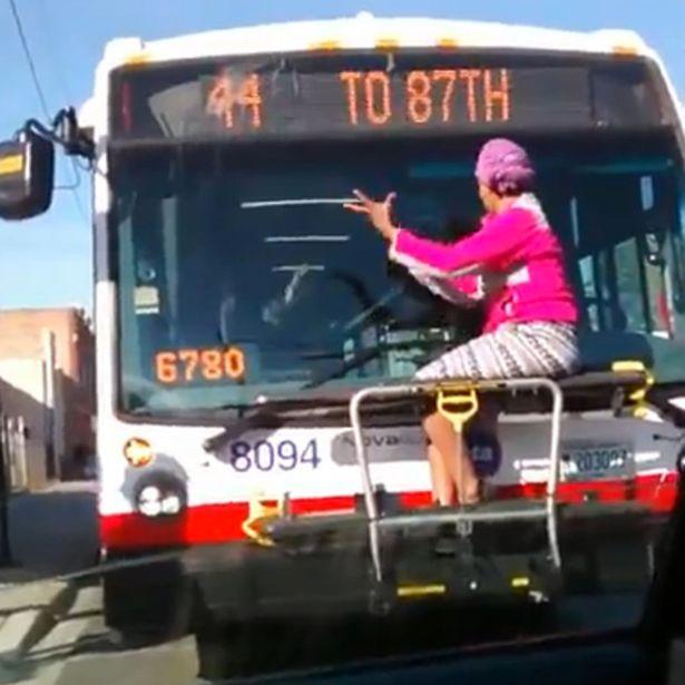 Tài xế xe bus khổ sở vì bà cô khăng khăng treo thân trước buồng lái