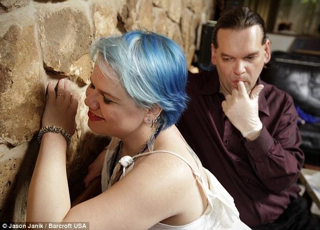 Chuyện lạ về người phụ nữ tự nguyện cho 'ma cà rồng' hút máu xảy ra ở Mỹ