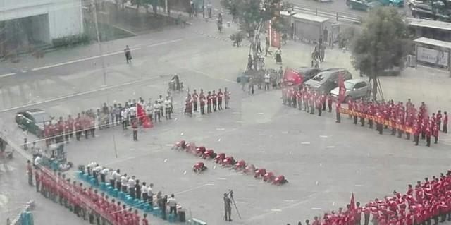 Cảnh nhân viên xếp hàng quỳ lạy ông chủ là câu chuyện lạ ở Trung Quốc gây xôn xao dư luận