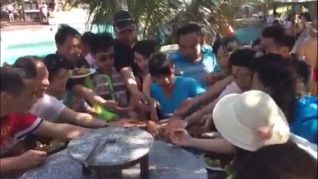 Ngay sau clip giành ăn buffet, người Trung Quốc lại phải xấu hổ vì clip giành ăn hoa quả của đồng hương tại Việt Nam