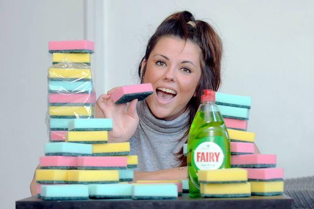Chuyện lạ có thật: Cô gái ăn 20 miếng xốp rửa bát mỗi ngày