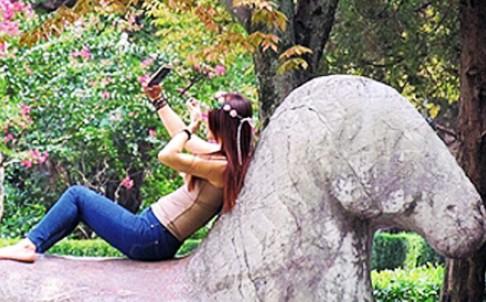 Cô gái vô tư leo lên tượng 300 tuổi tự sướng
