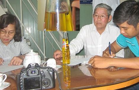 Anh Định tường trình sự việc nước ngọt có ruồi với Hội Bảo vệ quyền lợi người  tiêu dùng tỉnh Tiền Giang. Ảnh