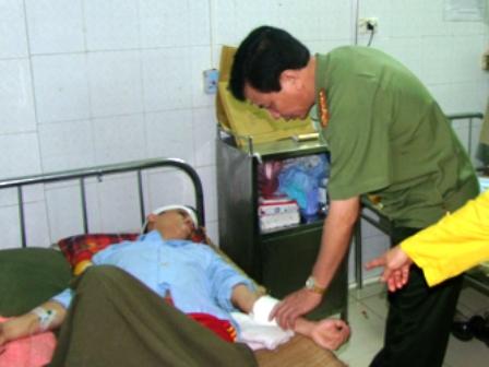 Công an bị côn đồ chém trọng thương đang được điều trị tại bệnh viện