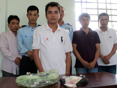 Băng giang hồ của Trịnh Văn Hà (dấu X) cùng các đàn em và tang vật bị bắt giữ tại cơ quan công an Bình Dương