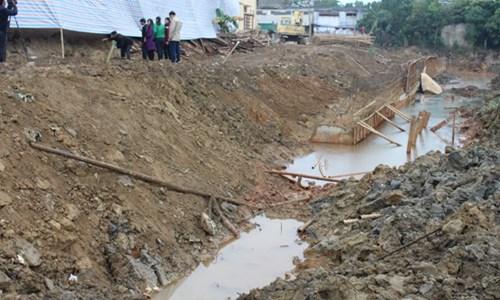 việc thi công công trình tường chắn bờ hữu sông Hạc của Công ty bất động sản Đông Á làm chủ đầu tư gây ảnh hưởng tới an toàn và môi trường của Trường Tiểu học Đông Thọ, thành phố Thanh Hóa