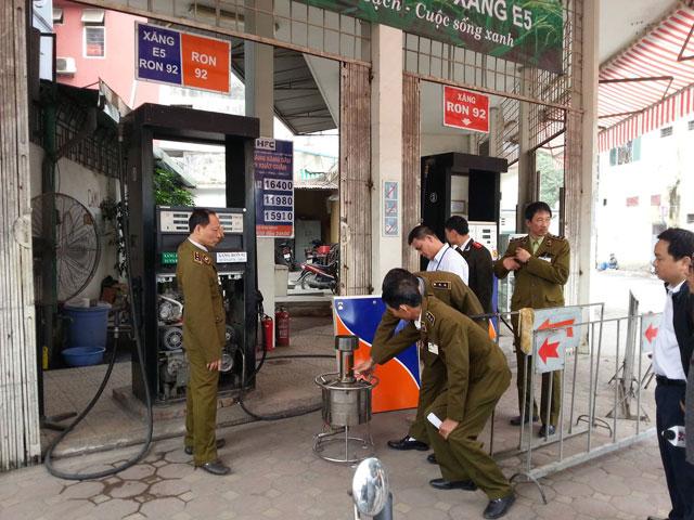 Liên ngành TP Hà Nội bắt quả tang 2 cây xăng của Công ty CP Xăng dầu Chất đốt Hà Nội gắn chíp điện tử điều khiển từ xa, móc túi người tiêu dùng