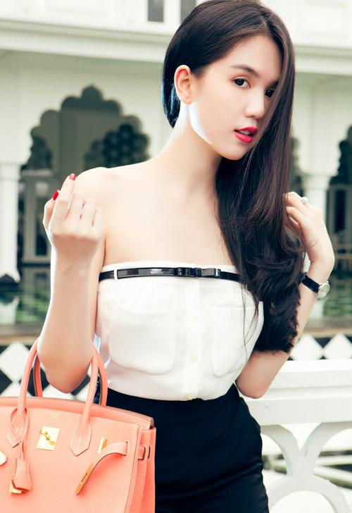 Ngọc Trinh chọn mặc váy corset để