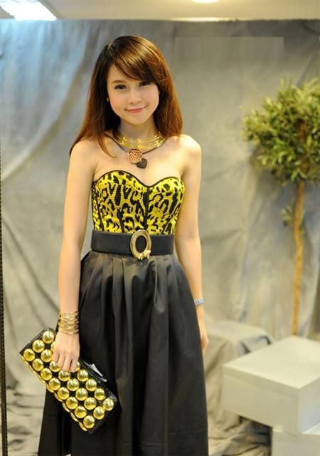 Hot girl Sam kết hợp áo corset với chân váy  rất sang trọng.