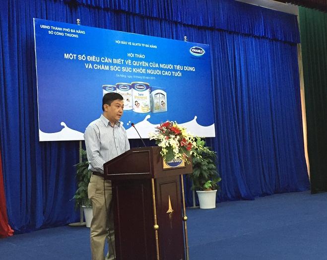 Ông Nguyễn Kim Trung  – Giám đốc Chi nhánh Vinamilk Đà Nẵng trao đổi với người tiêu dùng những thông tin về công ty