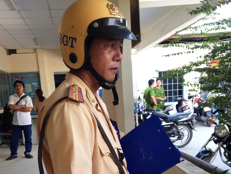 Thiếu tá CSGT Phạm Hoài Hiền bị thương ở hai tay do sức nóng từ capô