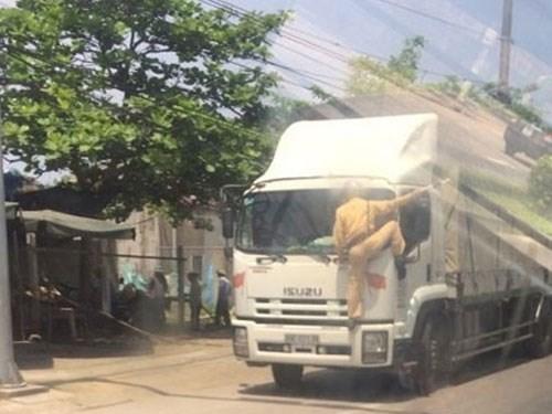CSGT phải bám đầu xe tải vì tài xế không nghe lệnh chấp hành