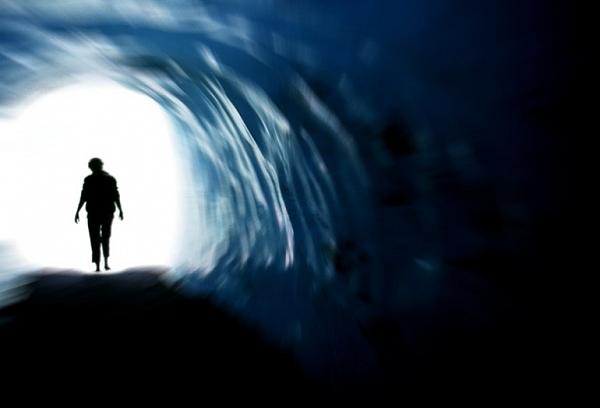 Hình ảnh bí ẩn mà con người chuẩn bị chết thường nhìn thấy đường hầm, ánh sáng chói. Ảnh minh họa