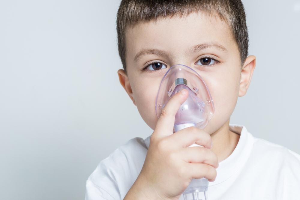 Trẻ hen suyễn nếu không được phát hiện và xử lý sớm có thể dẫn tới nhiều biến chứng nguy hiểm. Ảnh minh họa