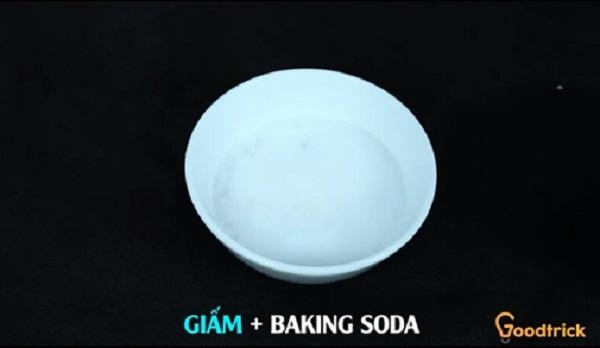 Giấm trộn với baking soda lập tức sủi bọt