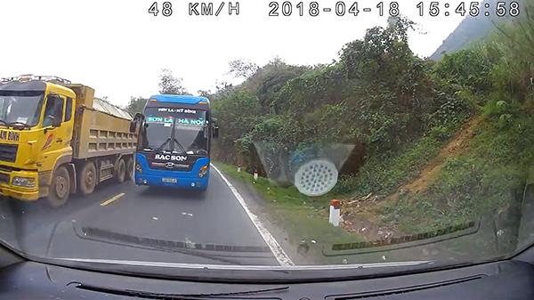 'Hoảng' khi xem video vụ đối đầu thảm khốc khi xe khách vượt ẩu trên đèo