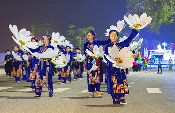 Quảng Ninh: Trai tài, gái sắc xuống phố ''bung lụa'' cùng Carnaval Hạ Long 2018