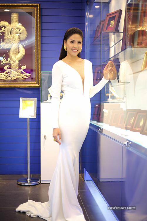 Phạm Hương đeo trang sức vàng 1 tỷ đi dự sự kiện