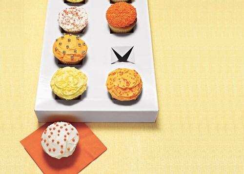 Làm hộp đựng bánh cupcake cực nhanh bằng cách cắt hình chữ thập như trong hình trên chiếc hộp carton