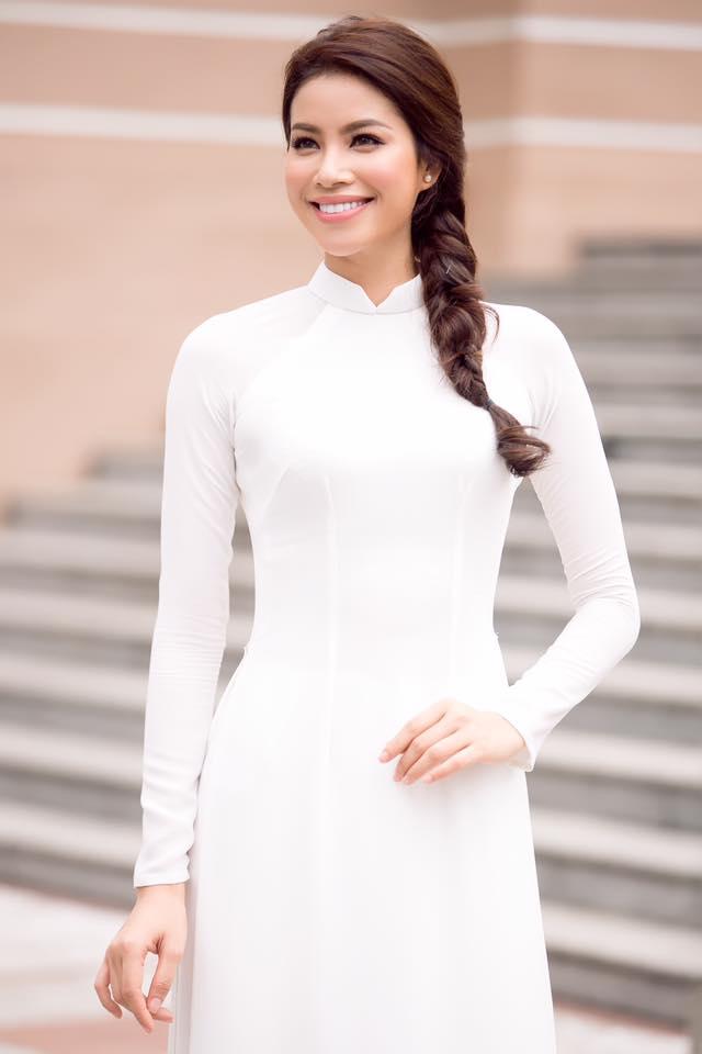 Phạm Hương duyên dáng trong tà áo dài đi tham dự sự kiện