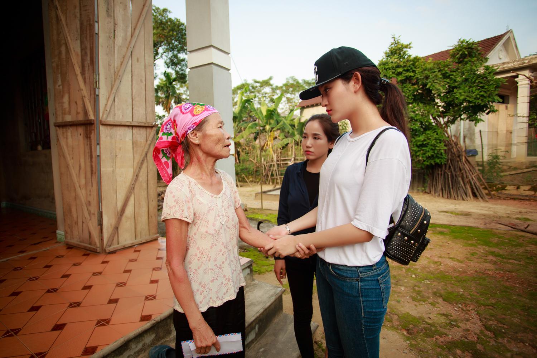 Á hậu Huyền My ăn vội mỳ tôm trong chuyến hành trình đi từ thiện tại miền Trung