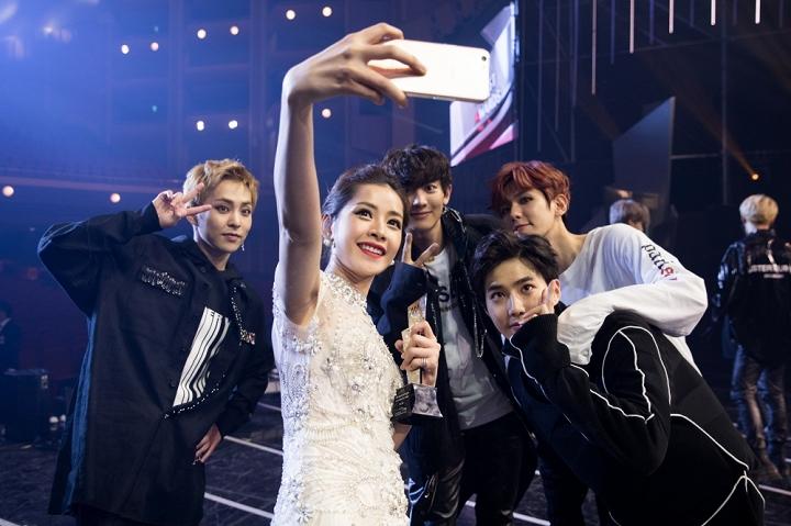 Chi Pu được đài KBS phỏng vấn sau chiến thắng tại Asia Artist Awards 2016