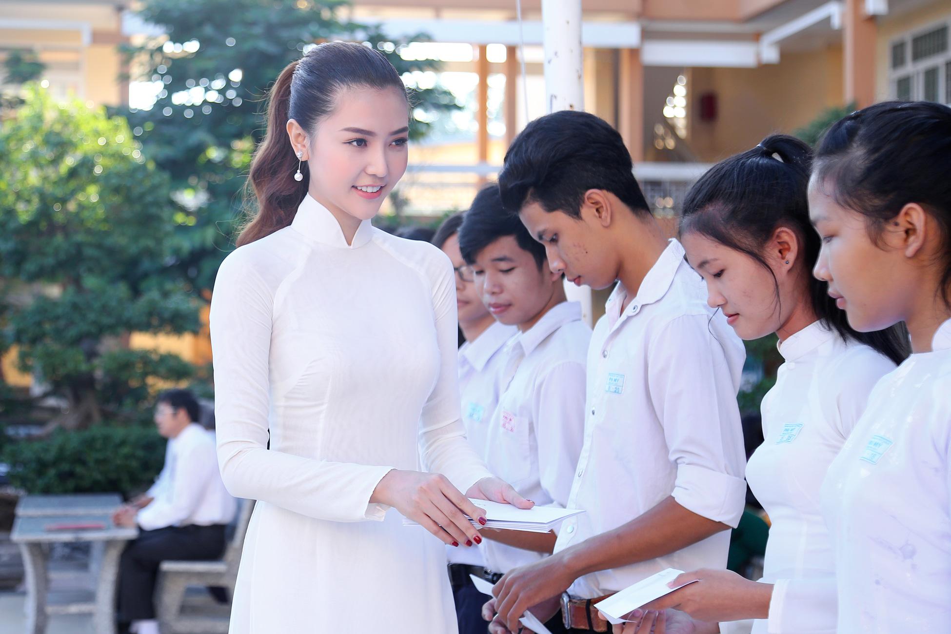 'Nữ hoàng sắc đẹp toàn cầu' Ngọc Duyên dịu dàng trong tà áo dài về thăm trường