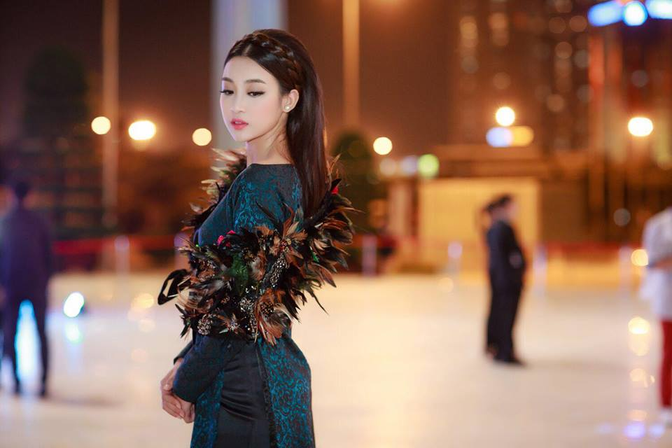 Hoa hậu Đỗ Mỹ Linh liên tục khoe vòng eo con kiến gợi cảm