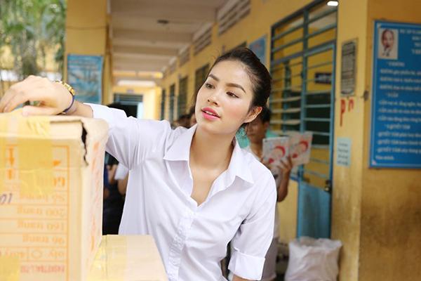 Nhìn lại hành trình thiện nguyện năm 2016 của hoa hậu Phạm Hương