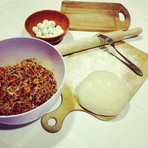 Lấy bột mỳ khô để rắc cho dễ cán (Ảnh: Emdep)