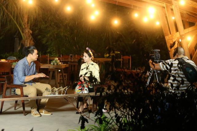 Ngọc Duyên diện áo dài cách tân, tất bật chạy show cuối năm