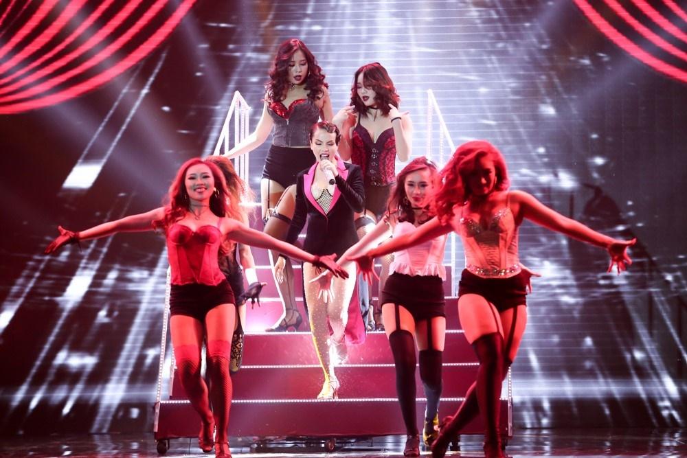 Tối qua, Với chủ đề Nhà hát, Yến Trang và nhóm S Girls là cặp thi đấu tiếp theo.