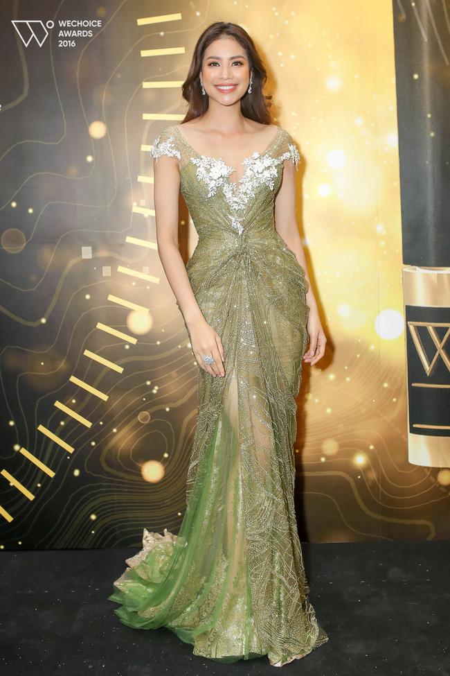 Ngắm loạt trang phục lộng lẫy của Phạm Hương trong những sự kiện đầu năm mới