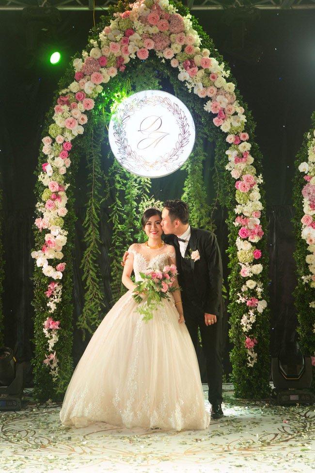 Cô dâu chú rể trong tiệc cưới hoành tráng ở Hải Phòng.