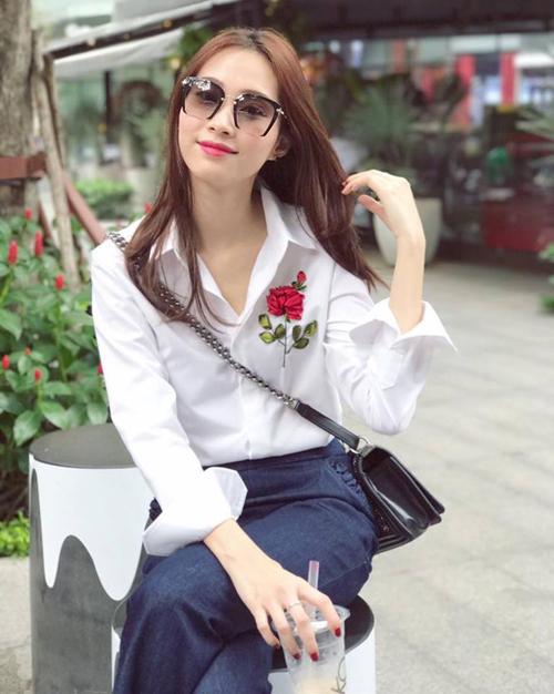 Cách mix áo thêu hoa hồng sành điệu như sao Việt