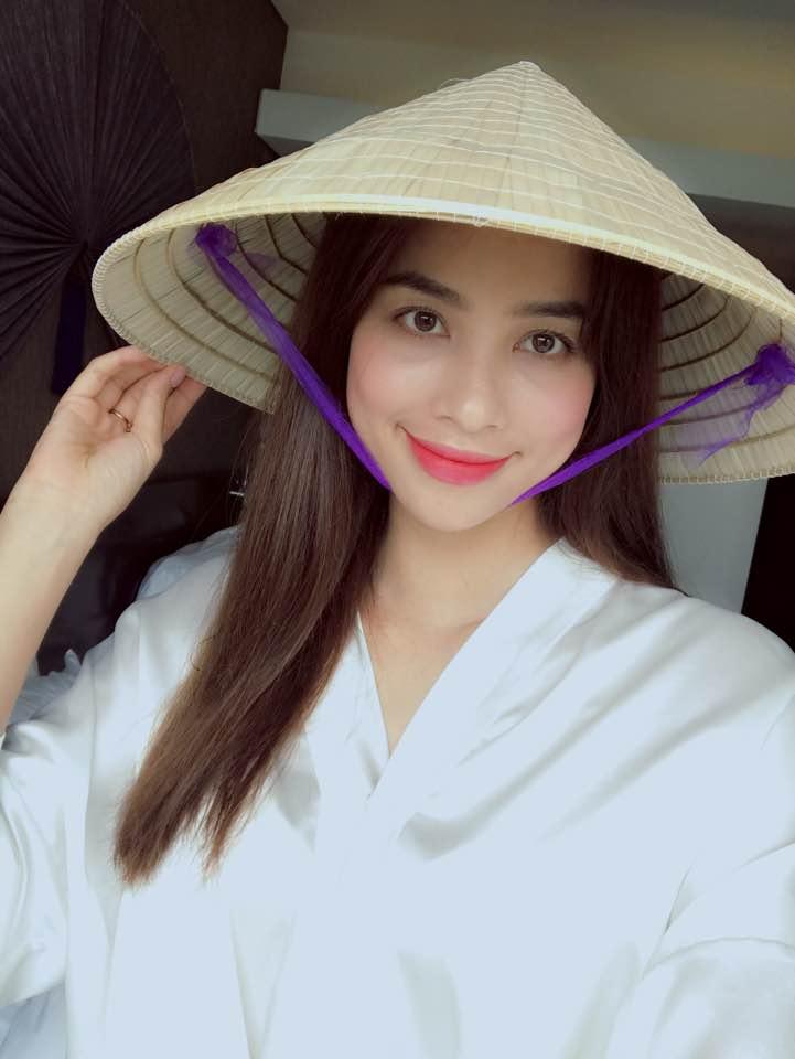Hoa hậu Phạm Hương đẹp dịu dàng khi đội nón lá