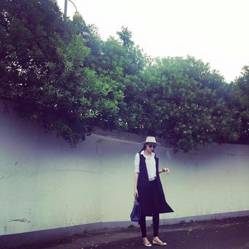 Học cách phối đồ cùng áo sơ mi trắng sành điệu như Phạm Hương