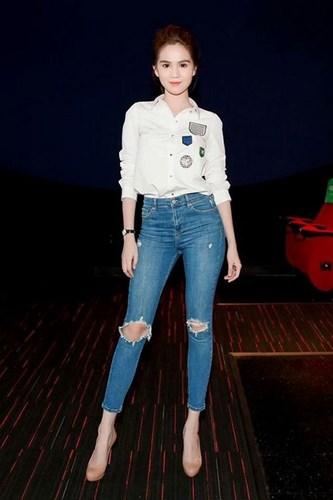 Mẹo phối quần jeans rách với áo sơ mi sành điệu như sao Việt