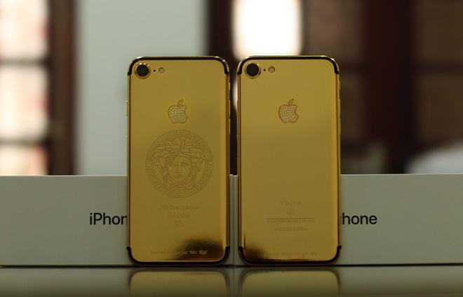 Với các phiên bản iPhone 7 và 7 Plus mạ vàng, người dùng nên hạn chế sử dụng với nước vì trong quá trình độ, thợ phải mổ máy, lớp keo và gioăng cao su bảo vệ nước có thể đã bị ảnh hưởng, không còn giữ được như ban đầu. Ảnh: Vnexpress